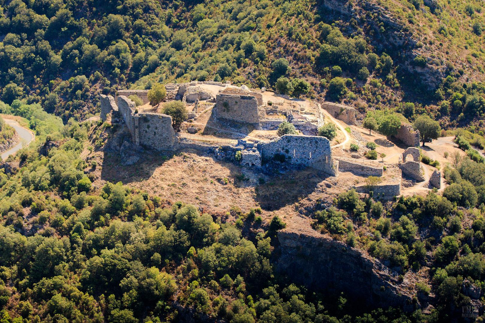 Malgré la démolition à l'explosif du château au XVIIe siècle, les travaux des archéologues ont permis d'identifier l'organisation générale de la forteresse, dont les vestiges royaux (XIIIe siècle) cohabitent avec ceux de l'ancien château seigneurial (XIe-XIIe siècles).