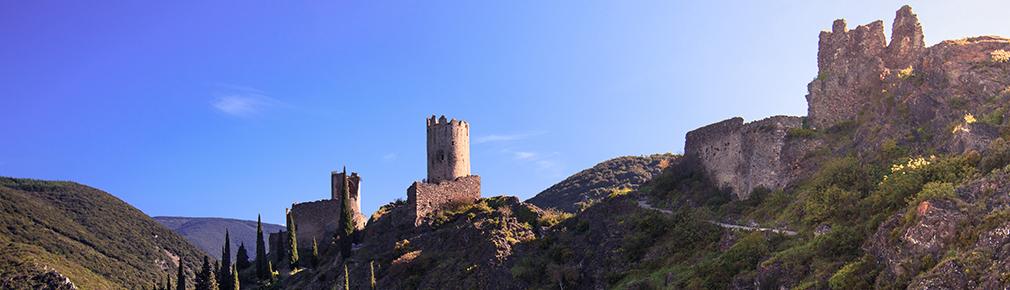 Bannière des châteaux de Lastours en été
