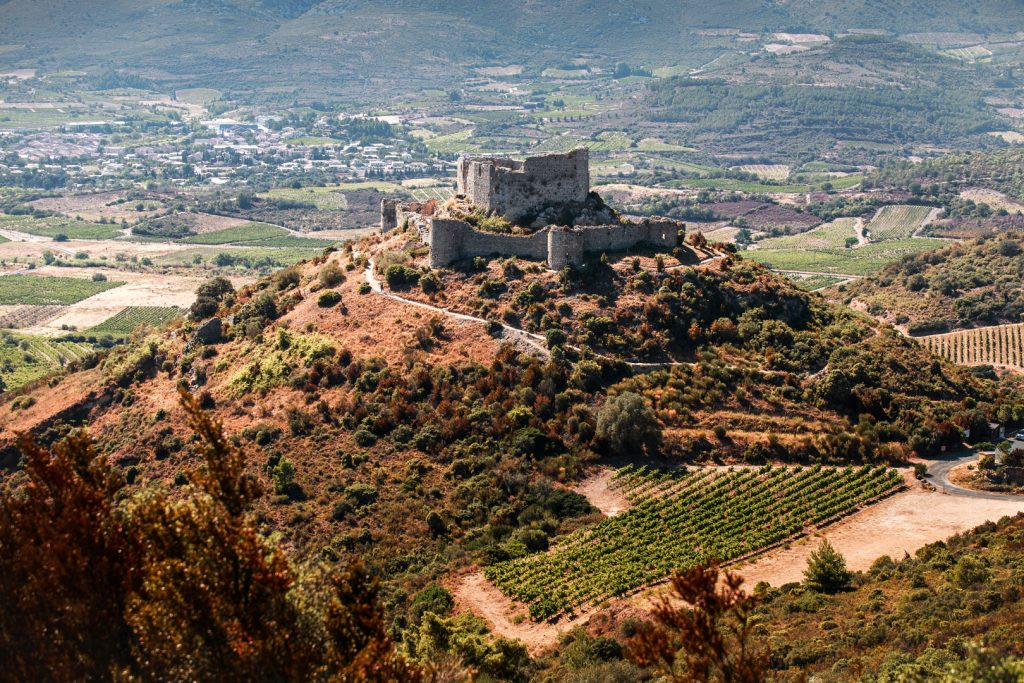 Le château d'Aguilar vu du ciel, en été