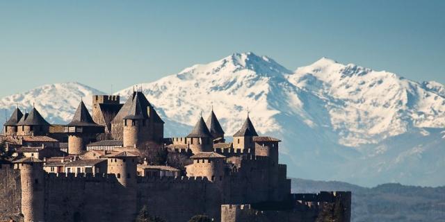 Cité médiévale de Carcassonne avec les Pyrénées au fond