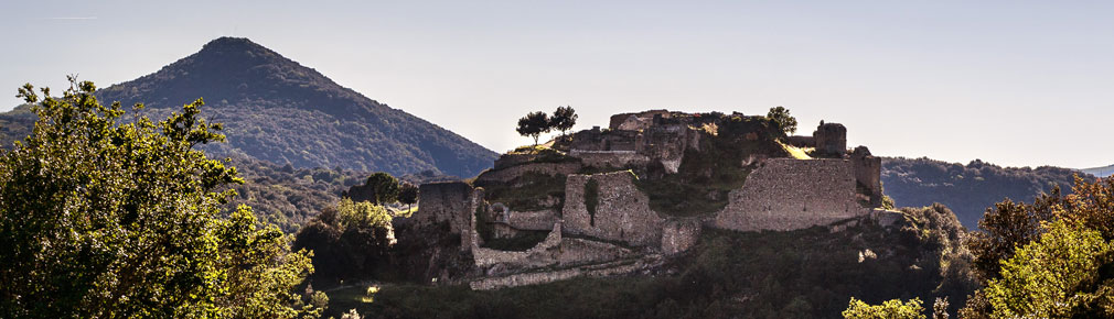 Les vestiges du château de Termes couronnent le sommet d'un escarpement rocheux, dans un site grandiose, qui offre une vue imprenable sur les Hautes-Corbières.