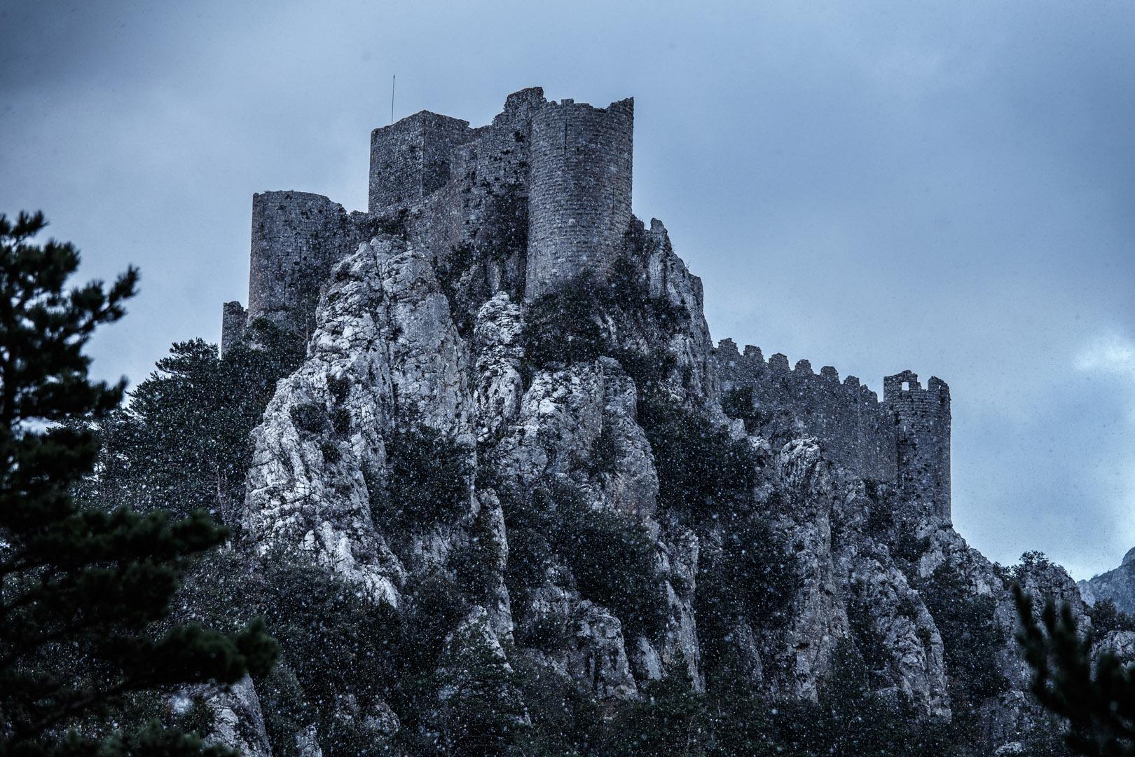 Les murailles du château de Puilaurens ont conservé toute leur hauteur, de 8 à 10 m, et l'essentiel de leur crénelage, sans doute restauré au XVIe ou XVIIe siècle