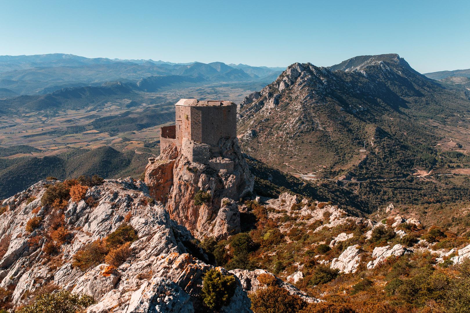 Quéribus domine au sud la vallée du Maury, où passait autrefois la frontière avec le royaume d'Aragon.