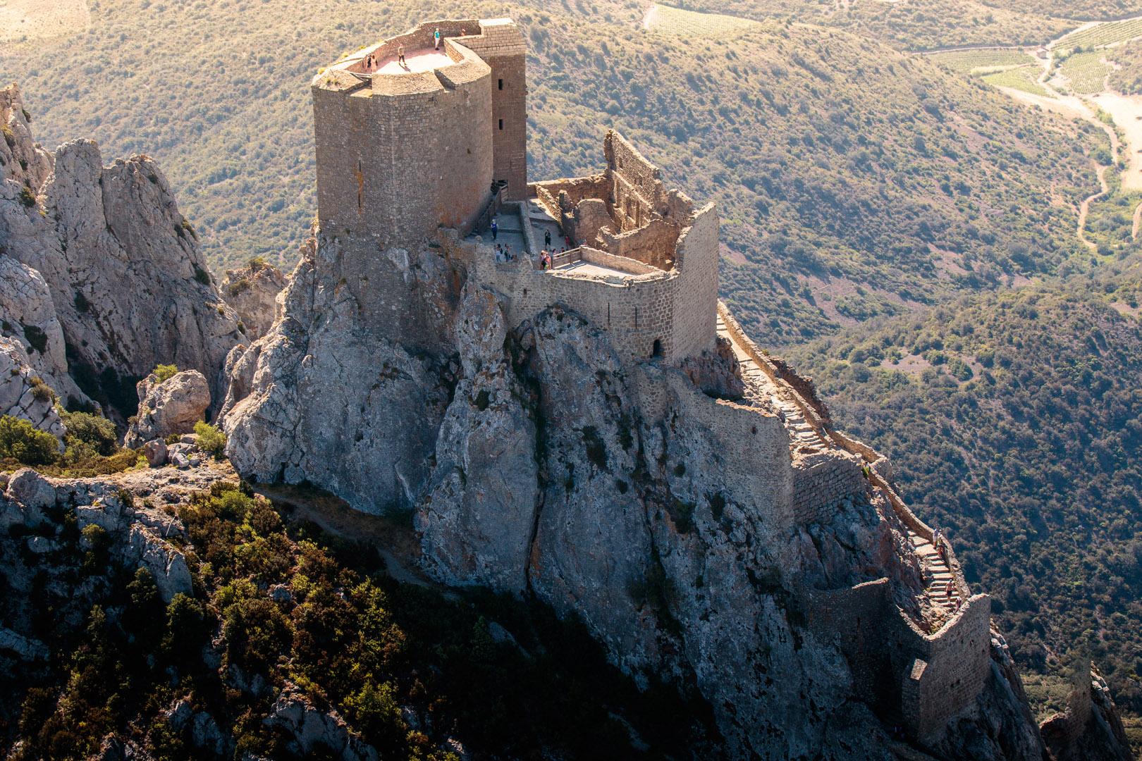 Véritable nid d'aigle dressé à 728 m d'altitude sur un piton rocheux à l'extrême sud des Hautes-Corbières, le château de Quéribus veille depuis des siècles sur la vaste plaine du Roussillon.