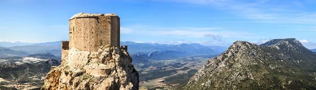 Devenu forteresse royale, Quéribus est doté d'une garnison composée d'un châtelain et de vingt sergents, et le roi fait ordonner la restructuration complète de la place afin de renforcer son rôle militaire.