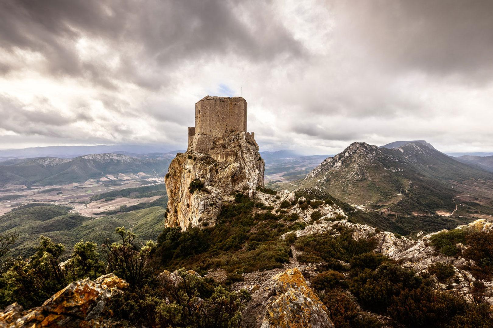 Cet exceptionnel panorama à 360°, qui porte à plus de 35 km de rayon, permet ainsi d'embrasser une grande diversité de paysages, alternant entre crêtes montagneuses, vallées viticoles encaissées, versants couverts de garrigue et boisements de chênes verts.