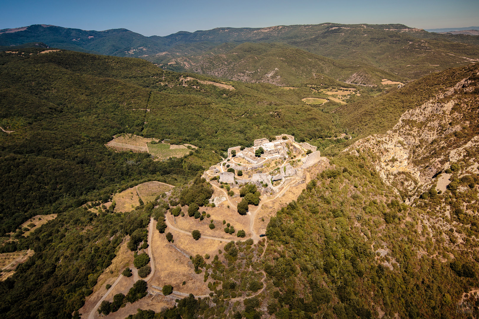 Culminant à 460 m d'altitude à l'est du joli village de Termes, le promontoire est bordé par deux gorges encaissées creusées par le Sou: les gorges du Termenet et les gorges de Coyne-Pont