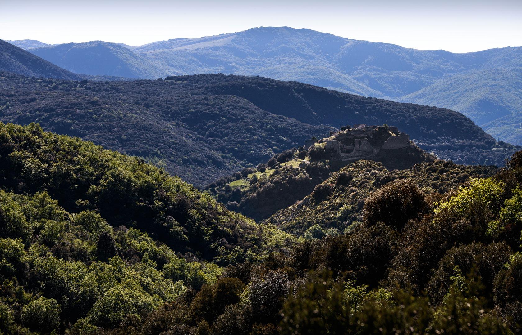 Au cœur des Corbières, le château de Termes s'élève au sommet d'un promontoire rocheux entouré par les méandres de gorges profondes où coule le Sou.