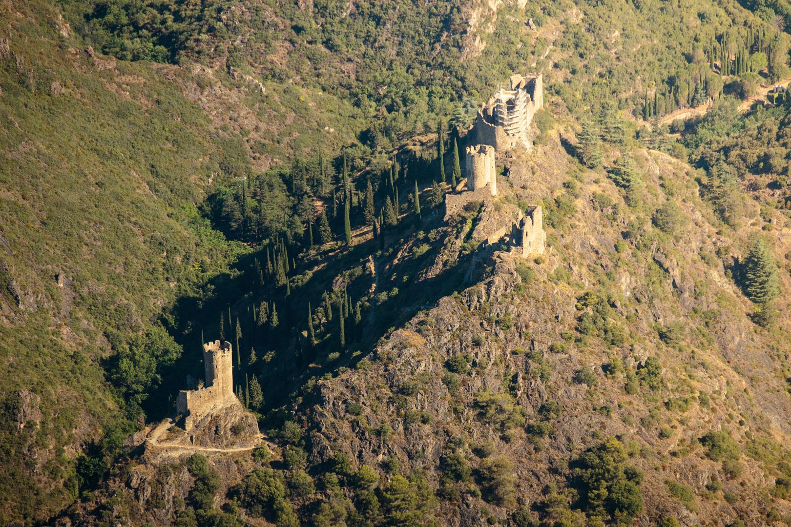 Vue aérienne des châteaux de Lastours