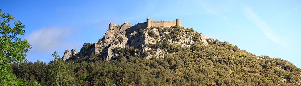 Dans cette vue panoramique du château de Puilaurens, on peut voir clairement le crénelage de ses enceintes