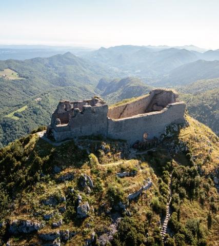Vertigineuse vue aérienne du château de Montségur