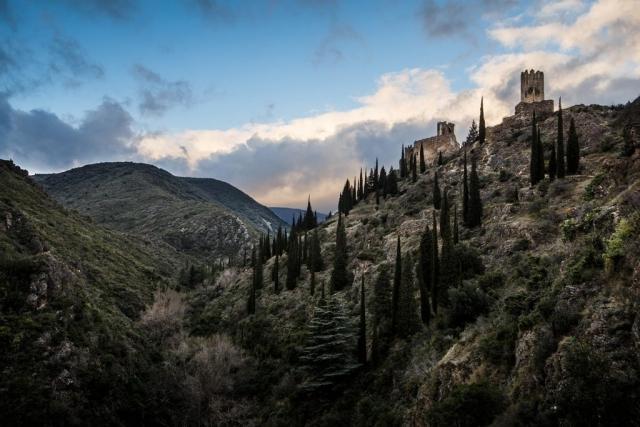 Les châteaux de Lastours se situent à 300 m d'altitude au-dessus de l'Orbiel et le torrent du Grésilhou