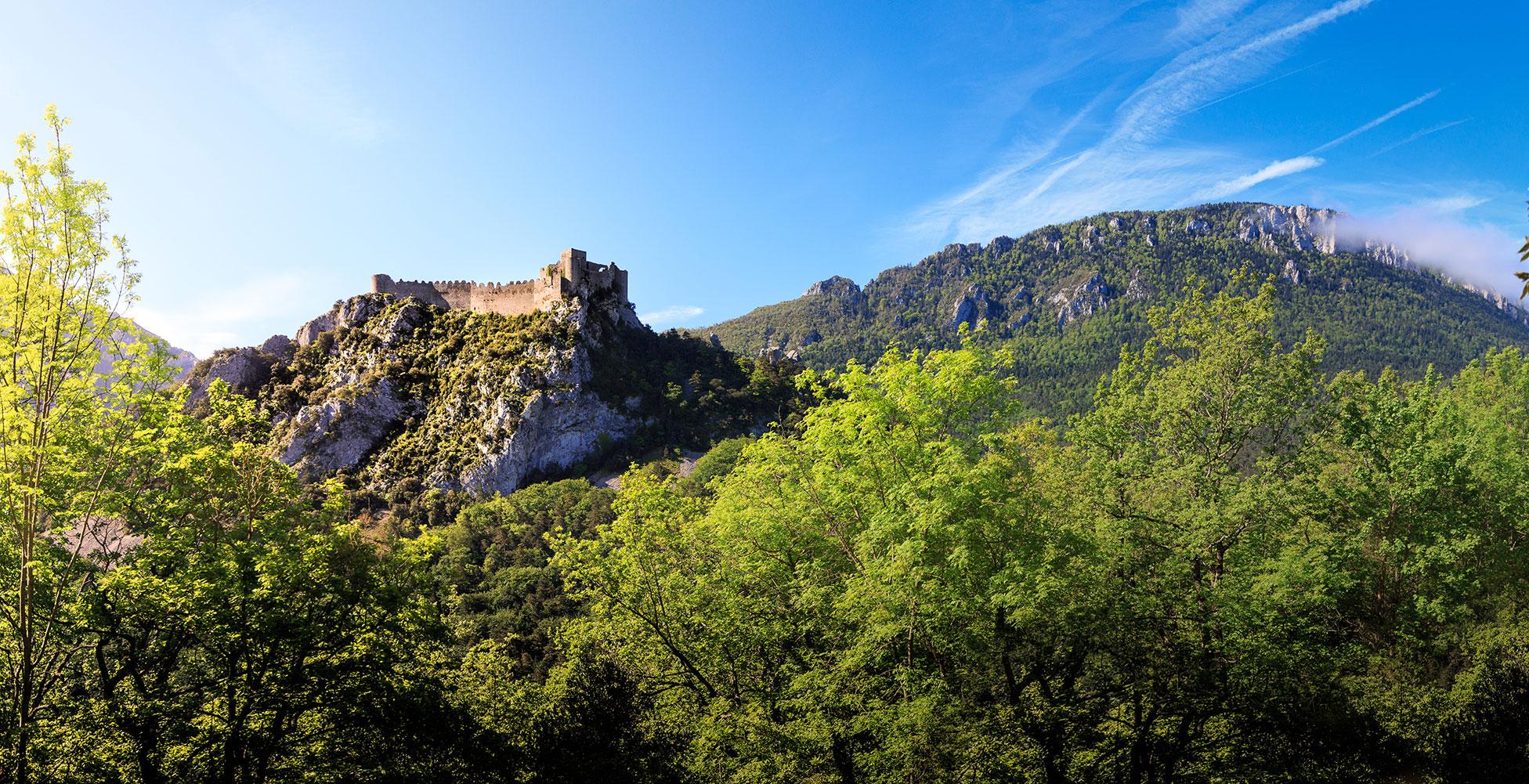 Le château de Puilaurens occupe le sommet d'une crête calcaire très escarpée, à 697 m d'altitude, à la limite départementale de l'Aude et des Pyrénées-Orientales, entre Fenouillèdes et Pays de Sault.