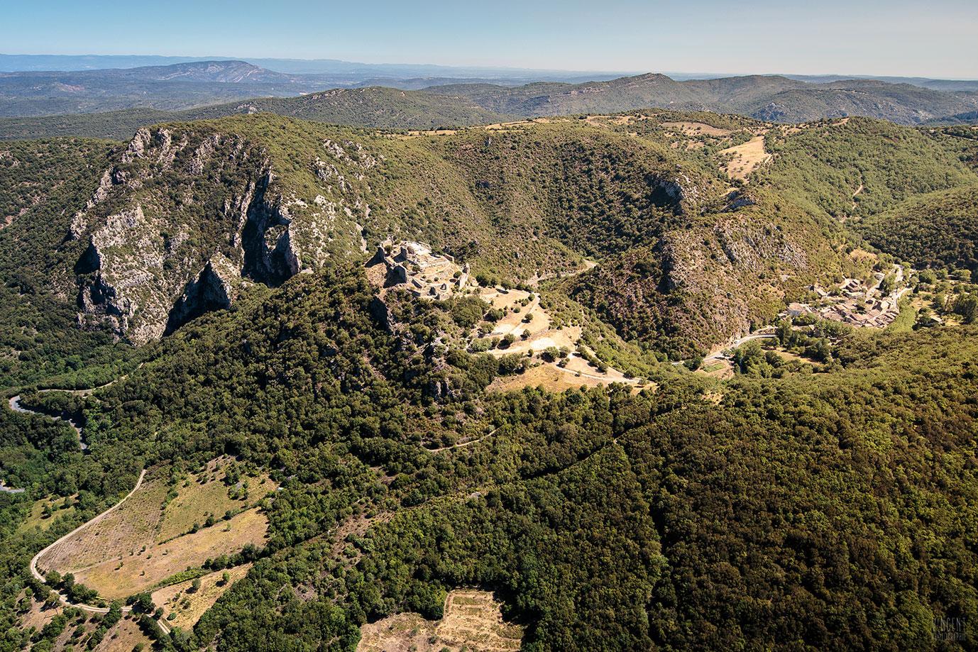 Élevé sur une plate-forme entourée sur trois côtés par un profond ravin, le château n'est accessible que sur sa face sud.