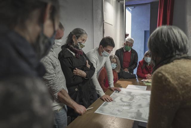 Des Audois.es échangent lors de l'atelier de concertation de Termes sur la candidature des Citadelles du vertige au patrimoine mondial de l'Unesco