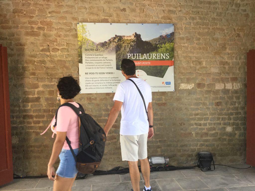 Des visiteurs lisent les bâches de l'exposition Focus sur une candidature au patrimoine mondial de l'Unesco
